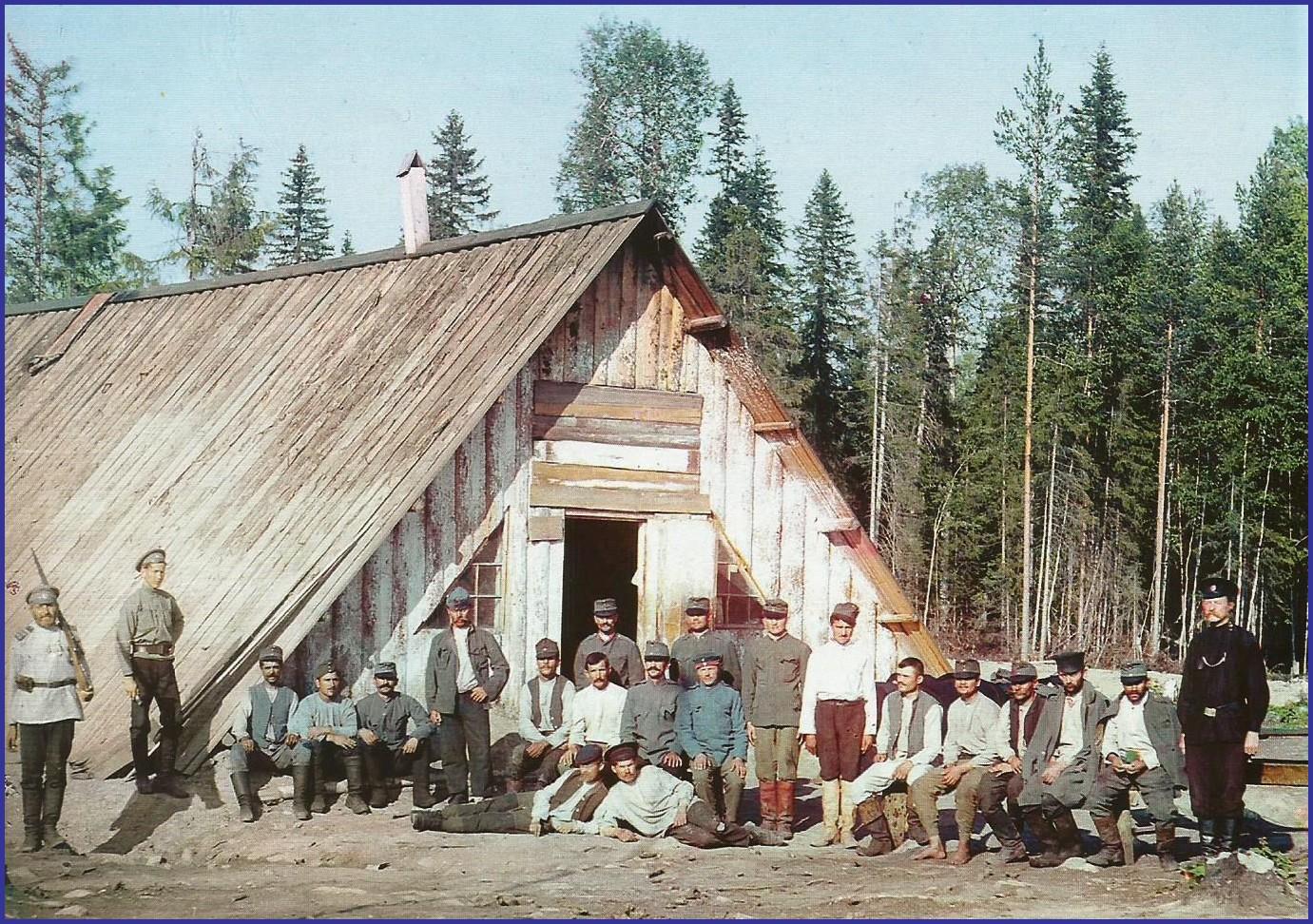 14 18 autochrome groupe devant leur logis encadre