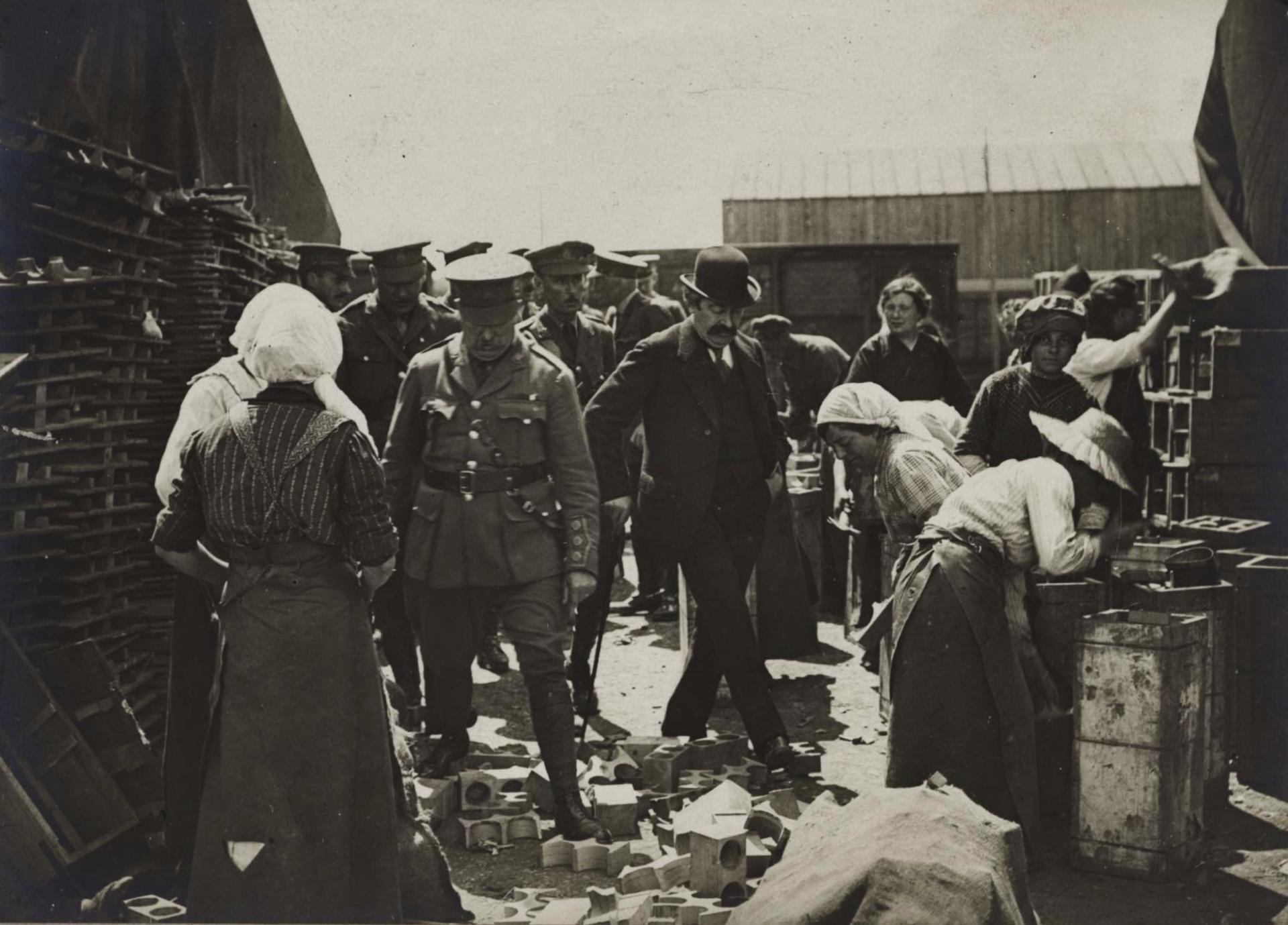 Calais 14 18 atelier britannique reparation objets d equipement evacues du front aristide briand et officiers de l e m general anglais visitant les ateliers