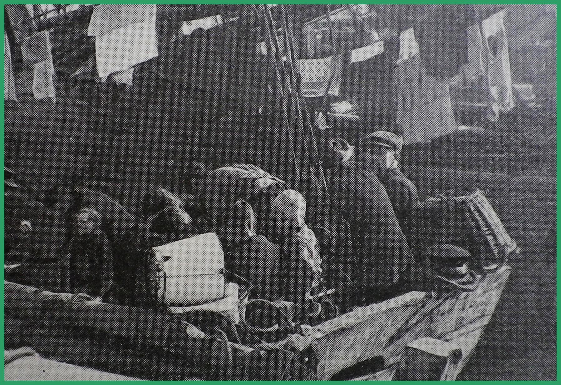 Calais 14 18 bateau de peche belge servant d asile aux femmes et enfants des marins de l equipage photo prise au bassin ouest encadre