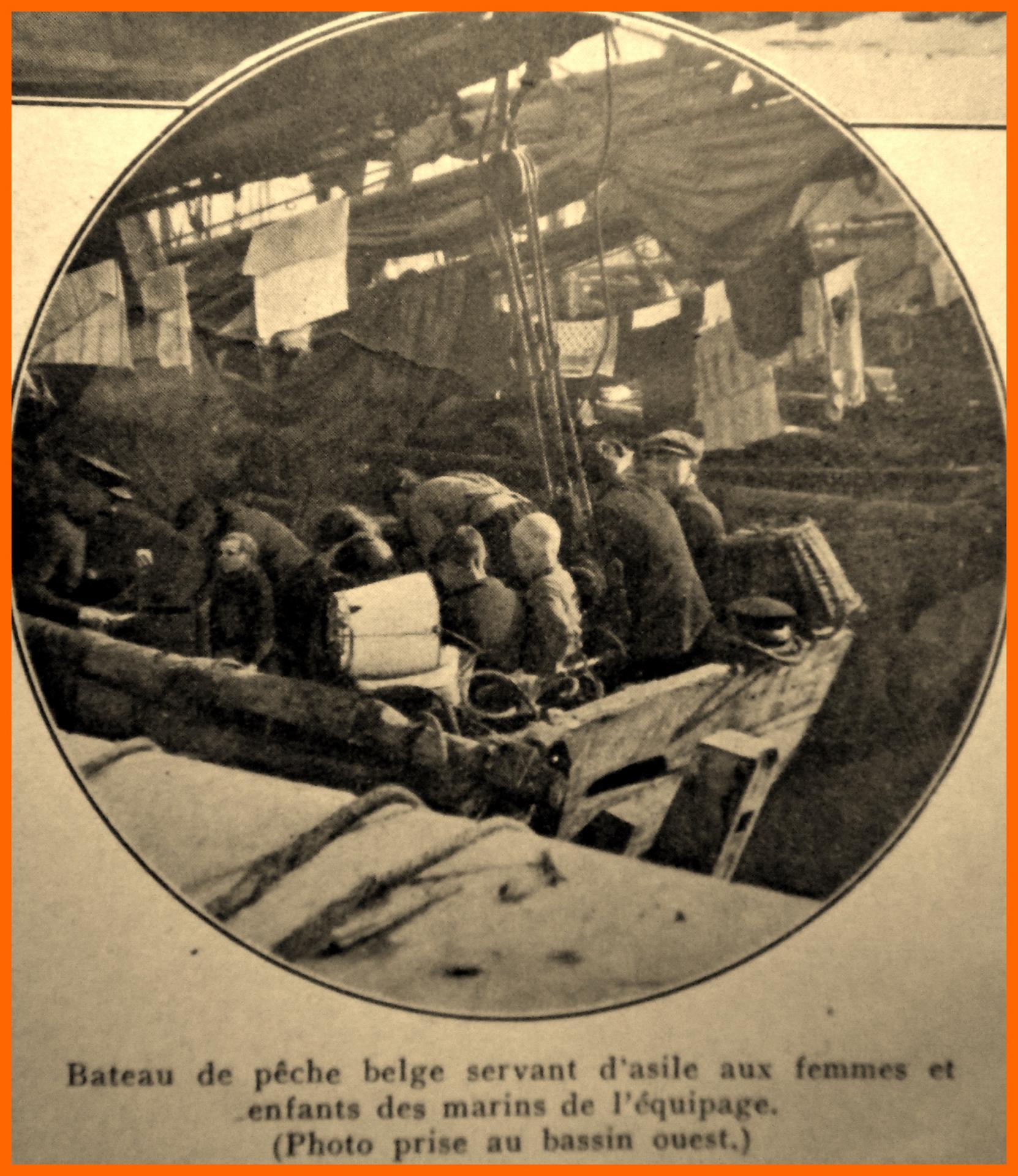 Calais 14 18 bateau de peche belge servant d asile encadre