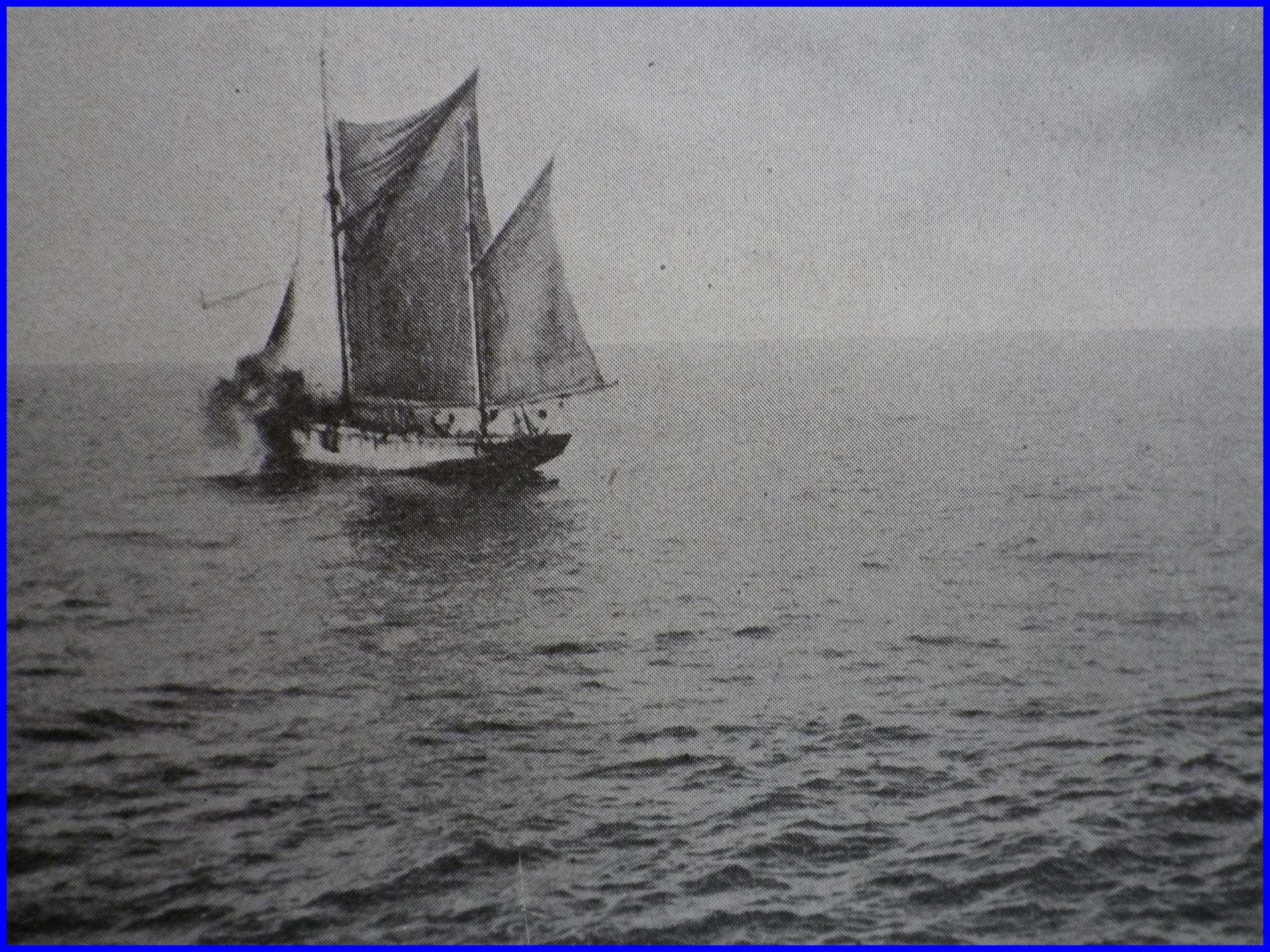 Calais 14 18 bateau de peche de gravelines charge du ravitaillement en charbon touche par un sous marin allemand encadre