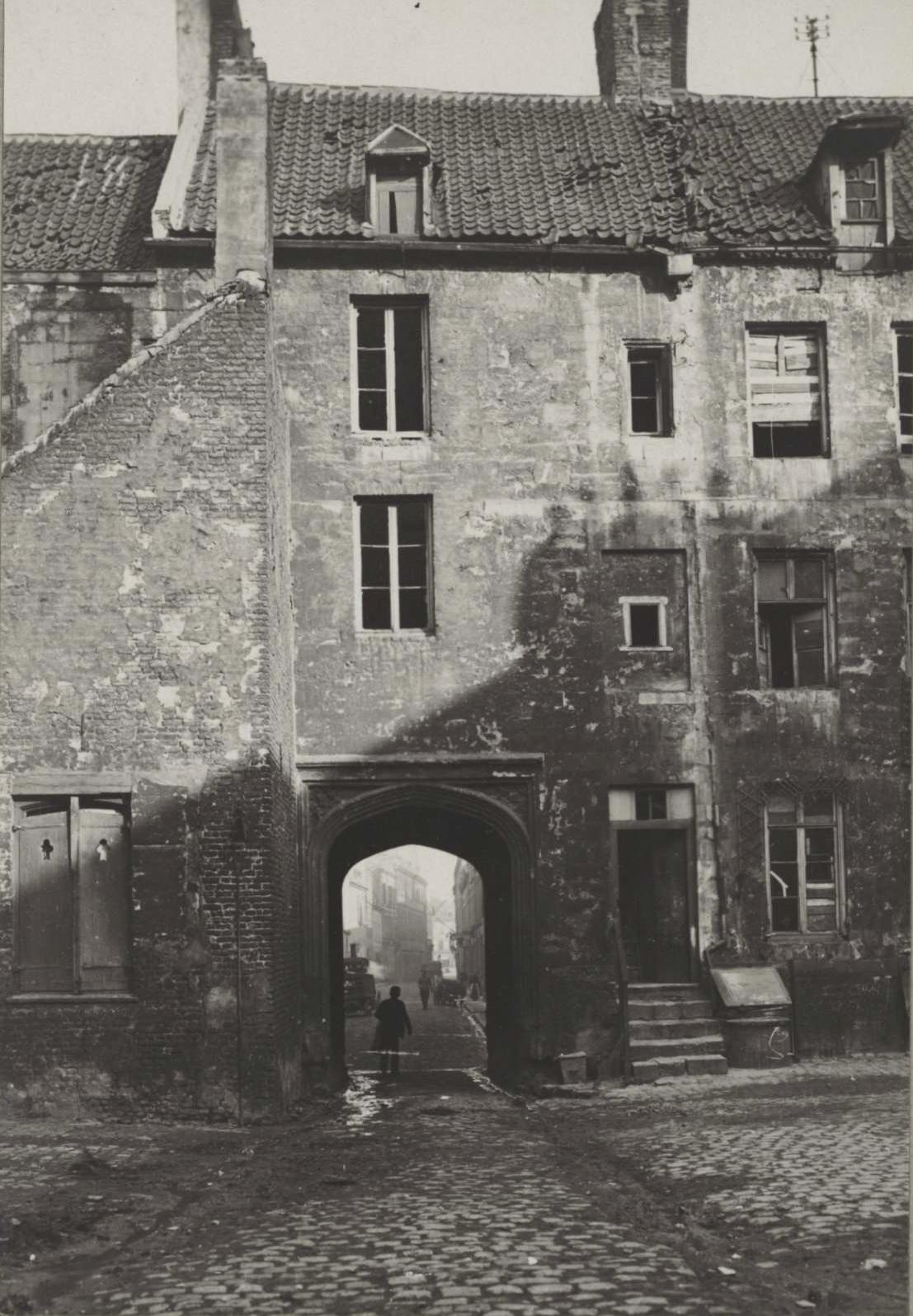 Calais 14 18 bombardements mars 1918 cour interieure ancien hotel de guise