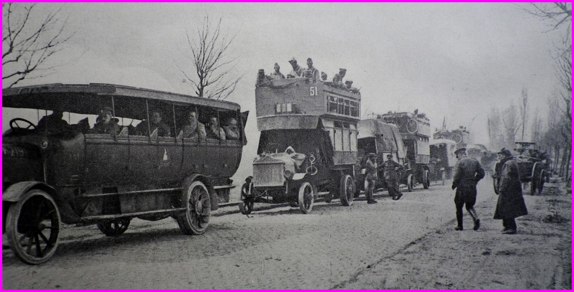 Calais 14 18 camions anglais amenant des troupes francaises en repos a calais encadre
