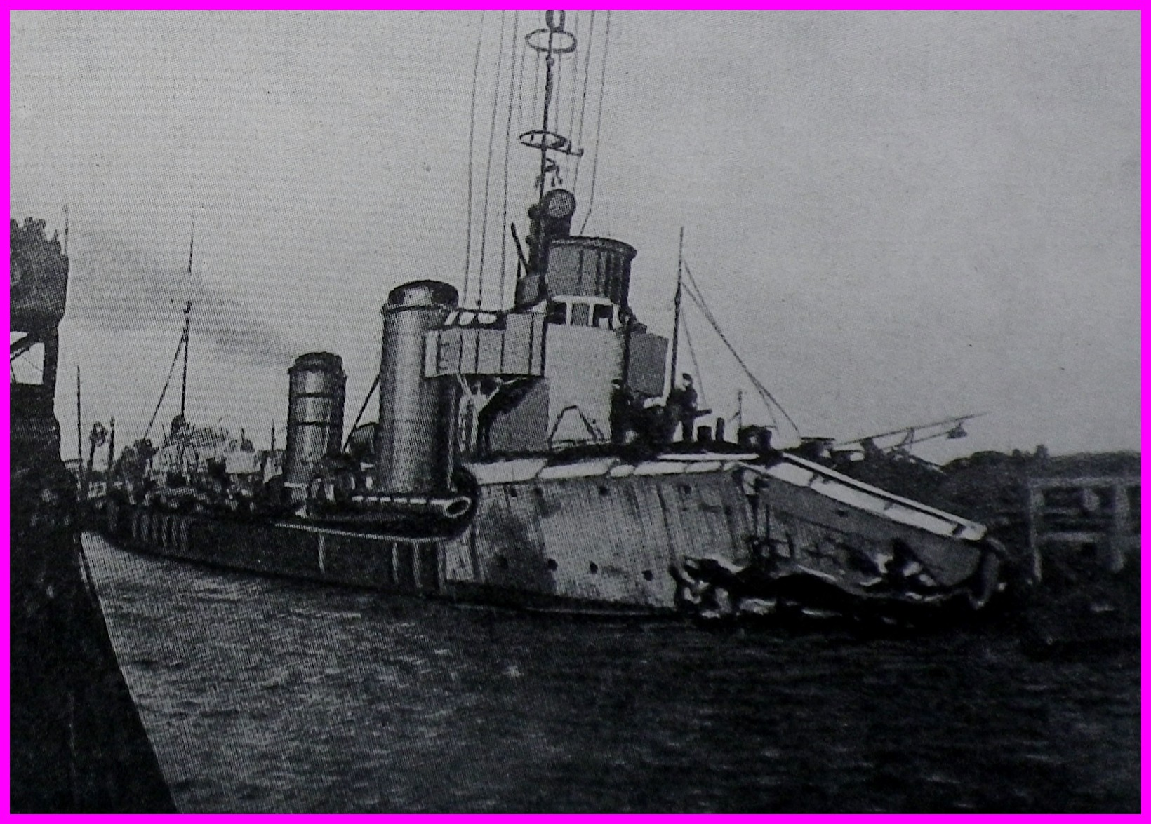 Calais 14 18 destroyer allemand a son retour du raid contre le barrage du gris nez 15 avril 1918 photo prise a zeebrugge encadre