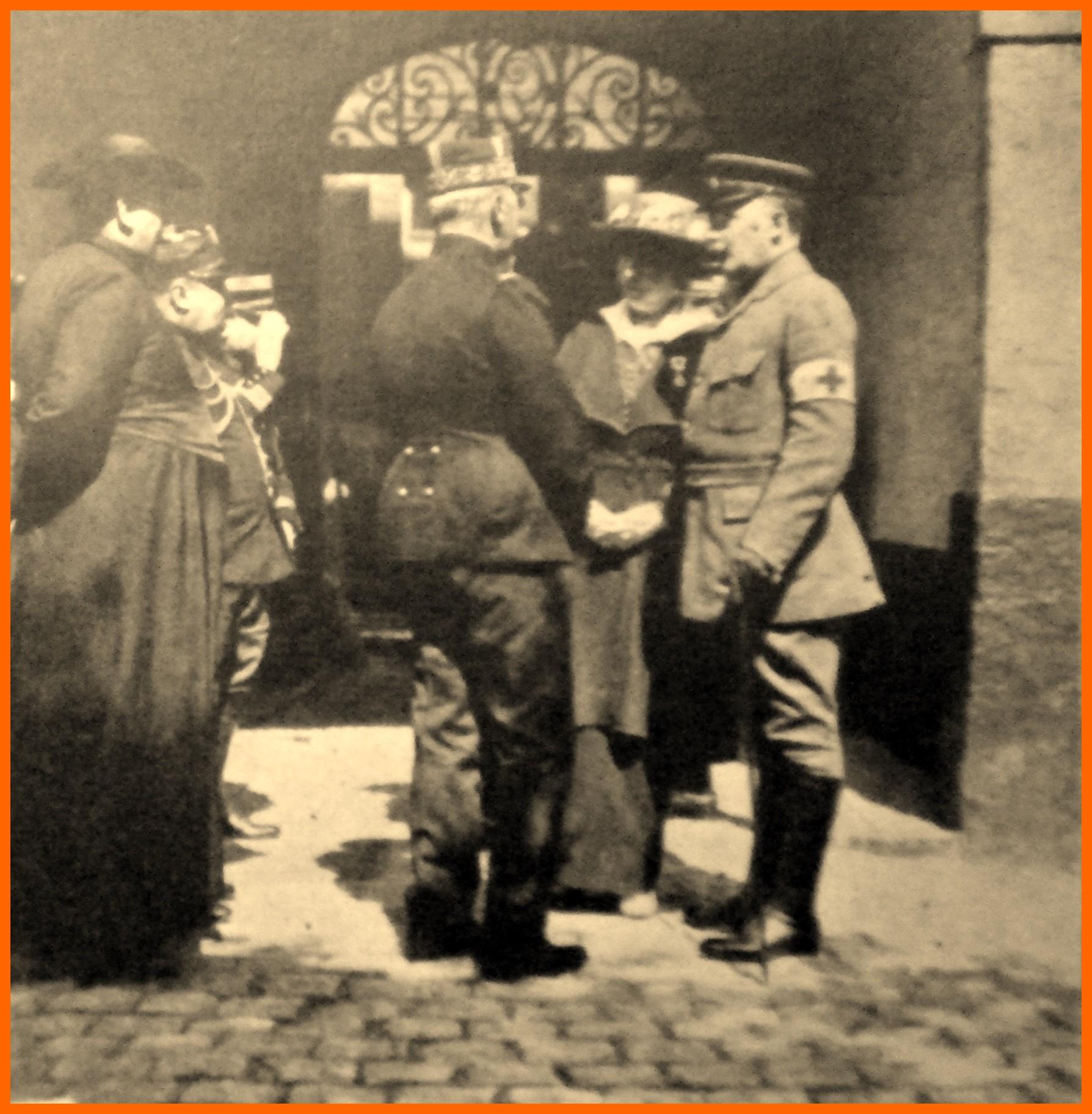 Calais 14 18 duc et duchesse de vendome a gauche abbe deblock aumonier militaire belge encadre