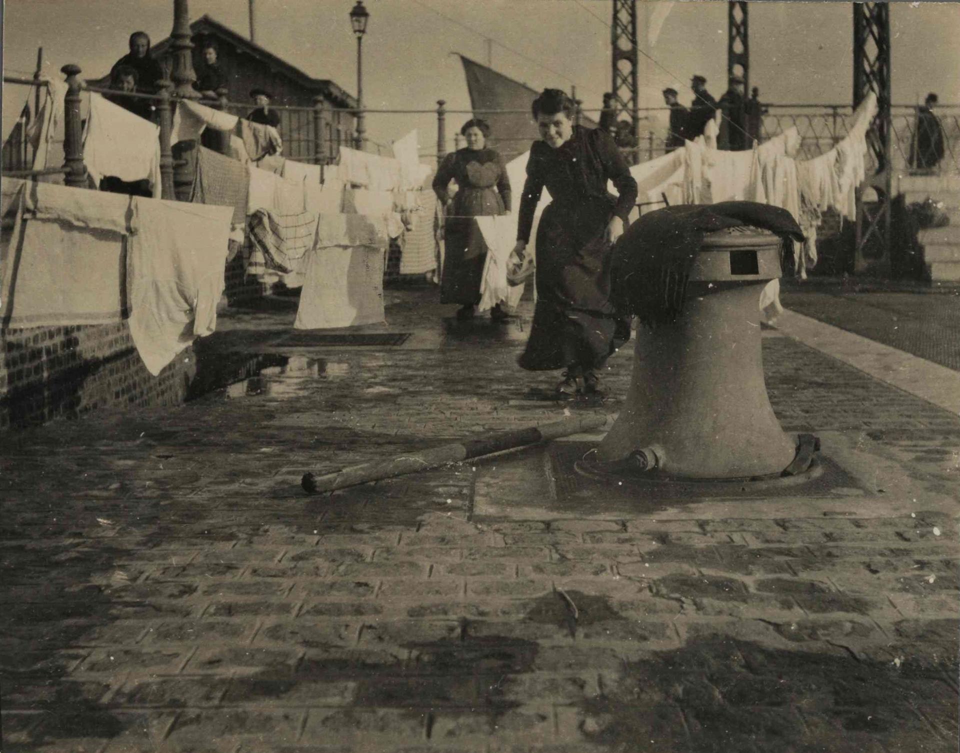 Calais 14 18 femmes d ostende faisant secher leur linge sur les quais du bassin ouest a calais