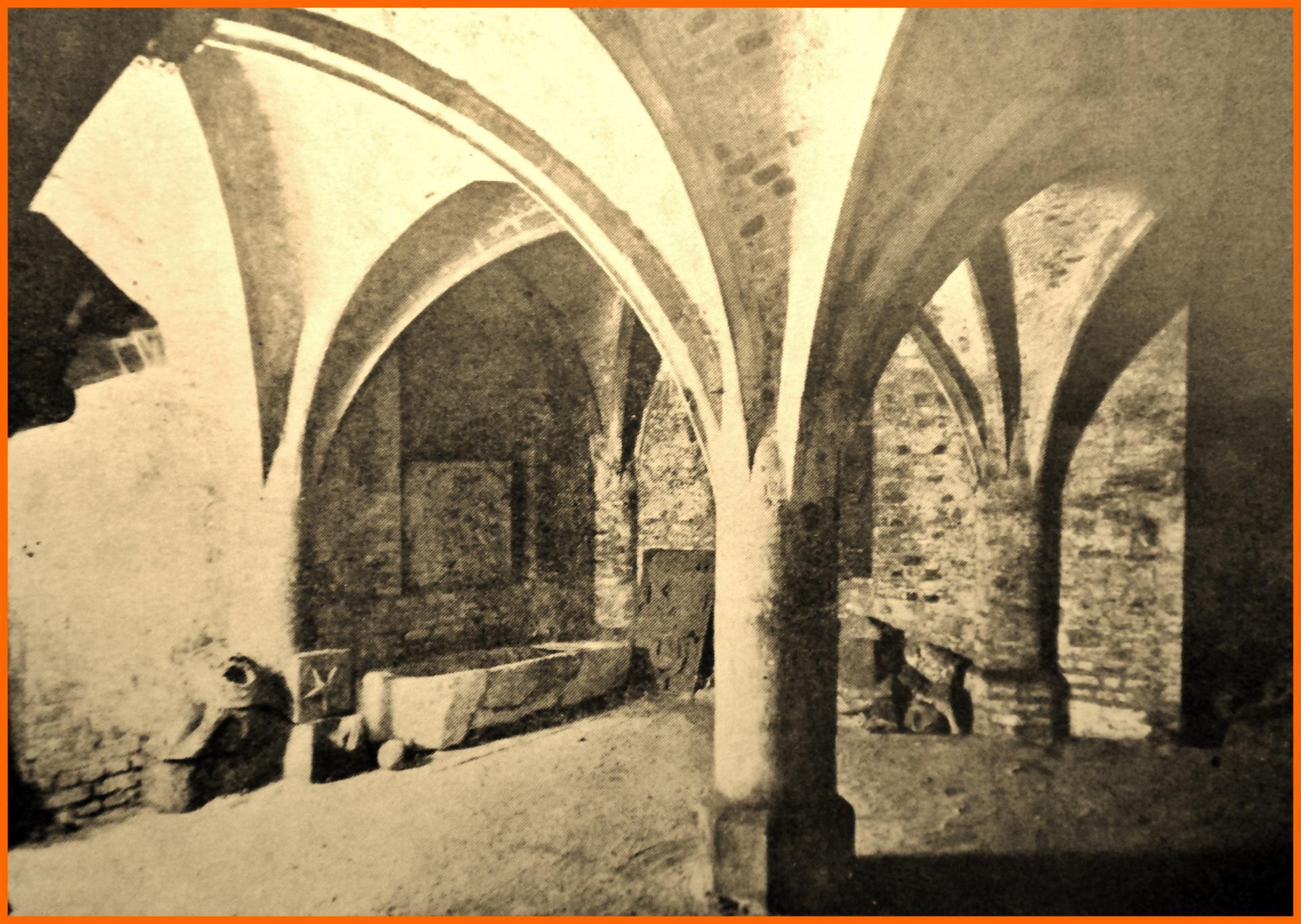 Calais 14 18 la cave du beffroi utilisee comme abri encadre