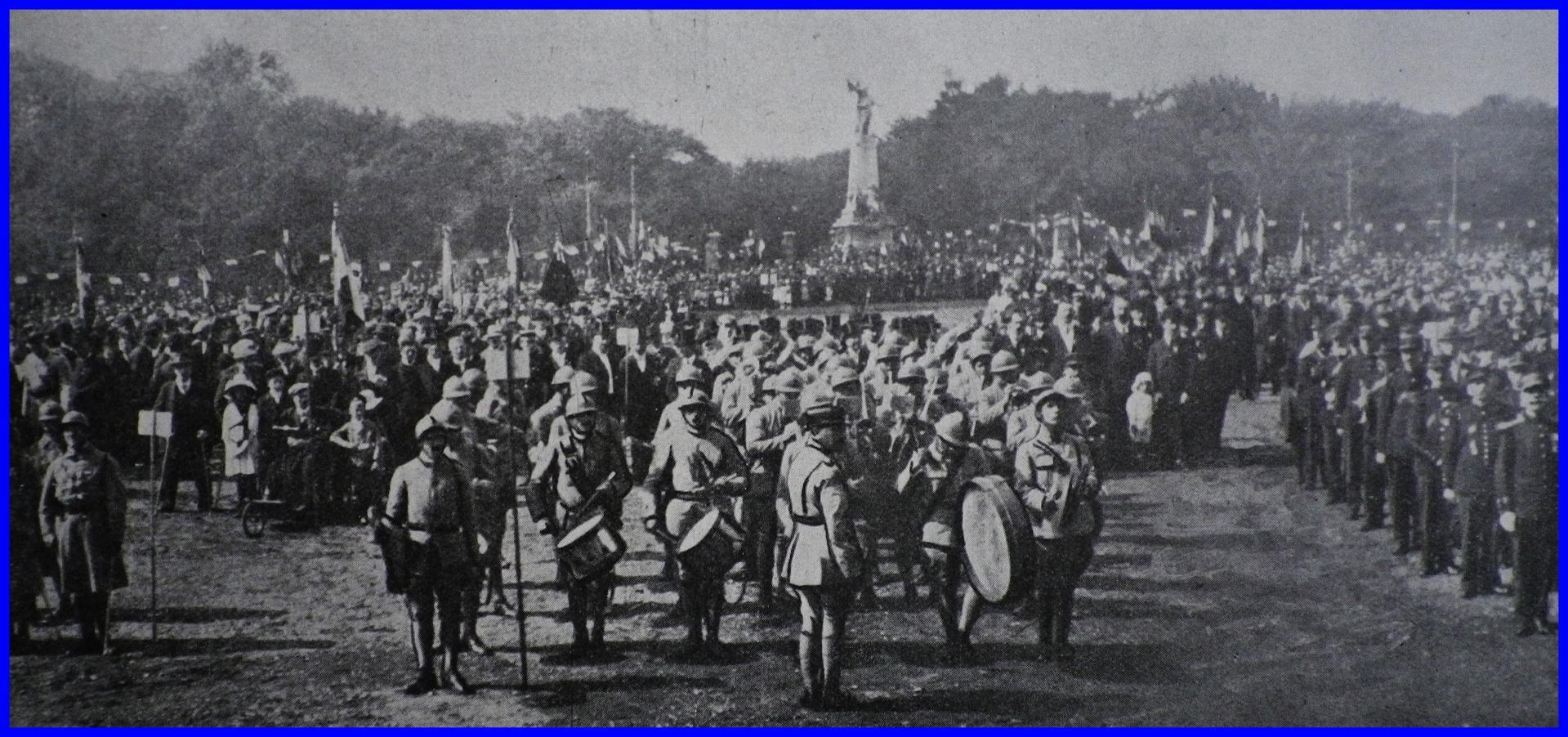 Calais 14 18 la foule devant l hotel de ville le jour de l armistice encadre