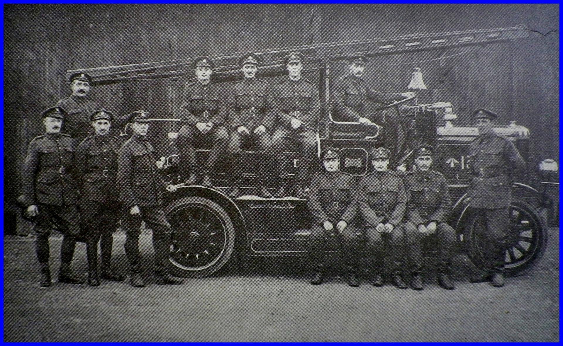 Calais 14 18 la moto pompe de la base anglaise et l equipe de la fire brigade encadre