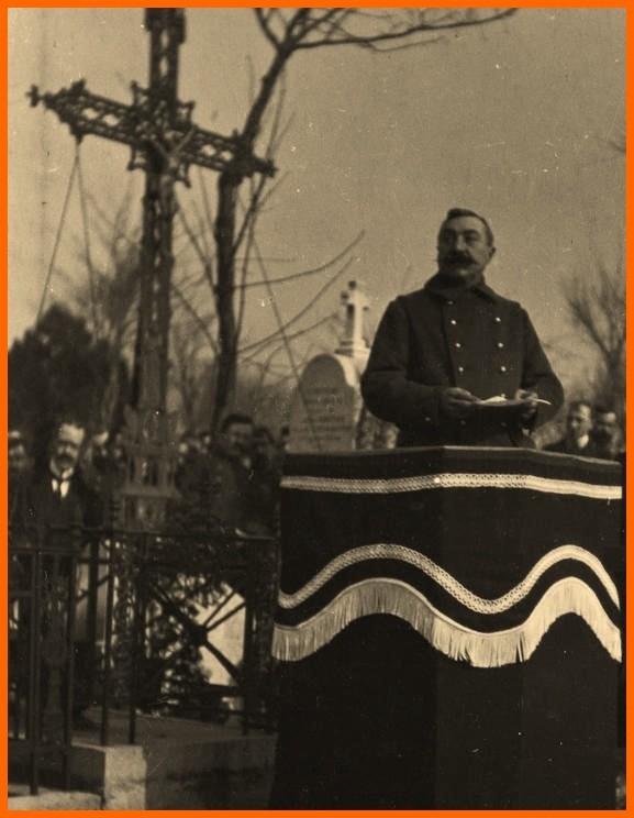 Calais 14 18 le general ditte lors des funerailles des victimes du bombardement par zeppelin en fevrier 1915 encadre