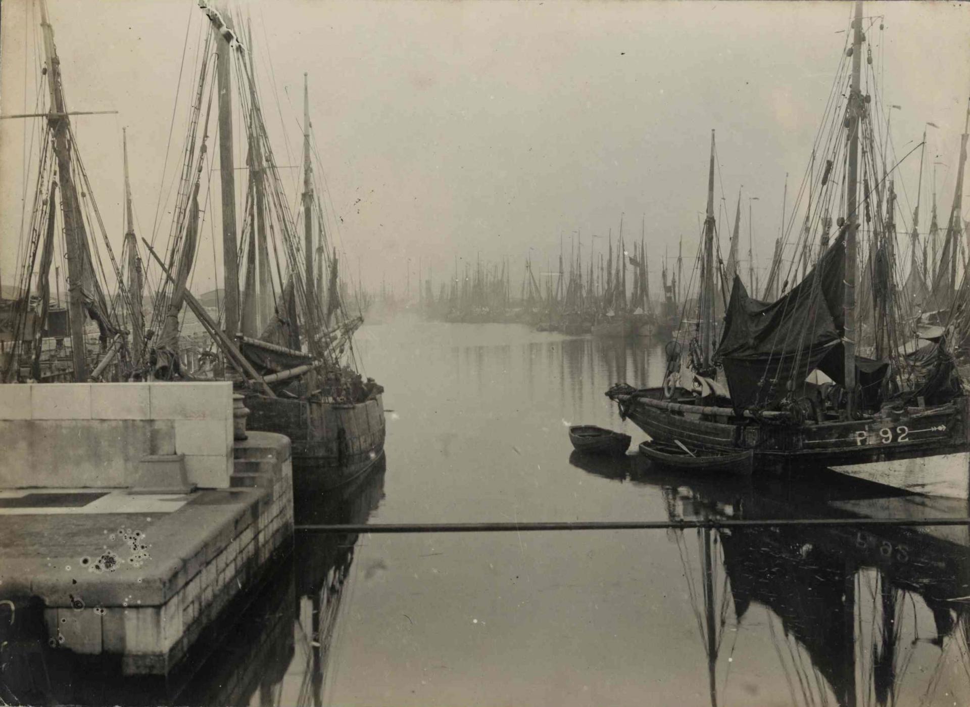 Calais 14 18 les bateaux des ports belges refugies dans le bassin ouest de calais