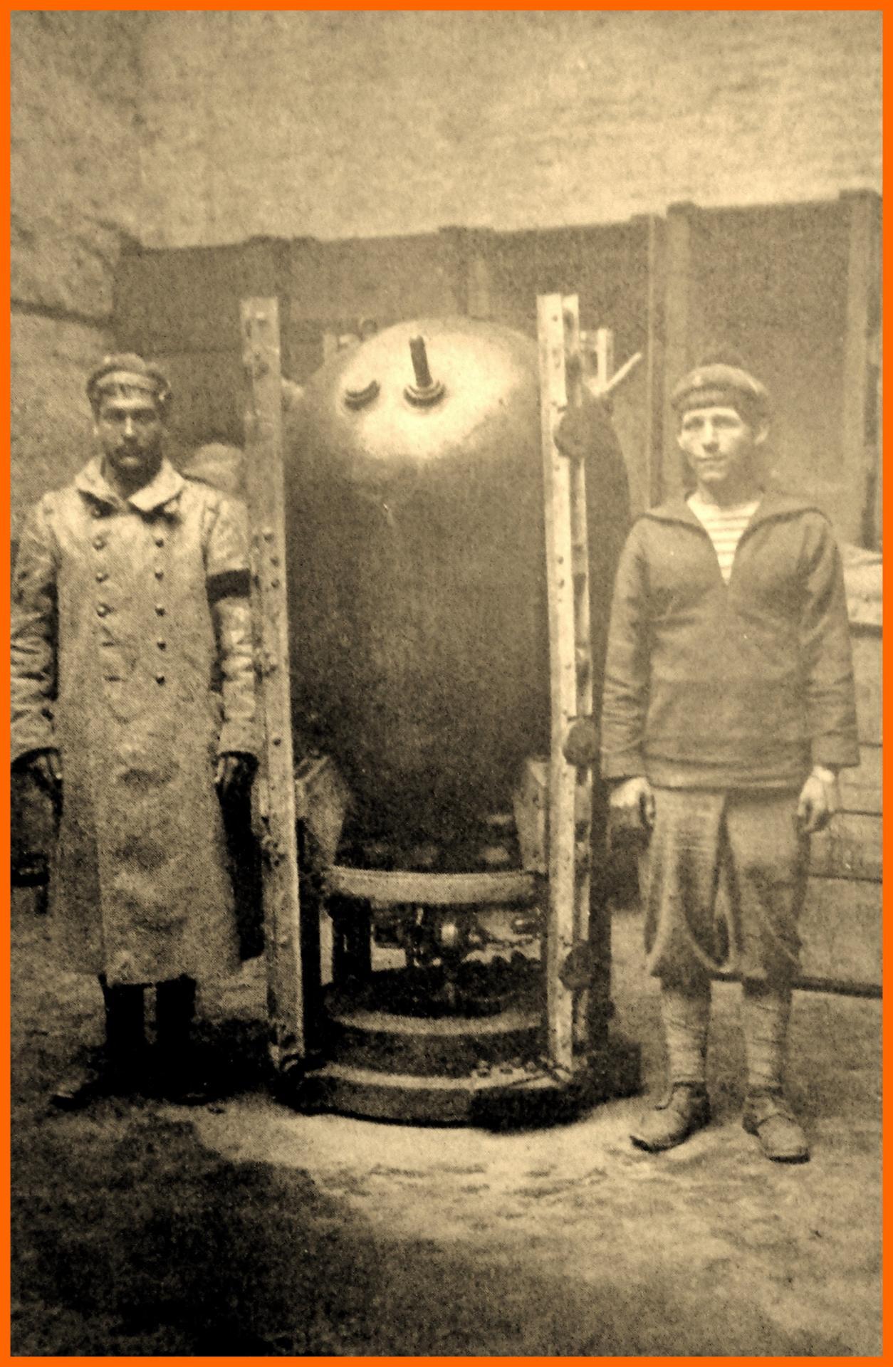 Calais 14 18 mine du sous marin uc 61 ramenee a l arsenal de calais encadre