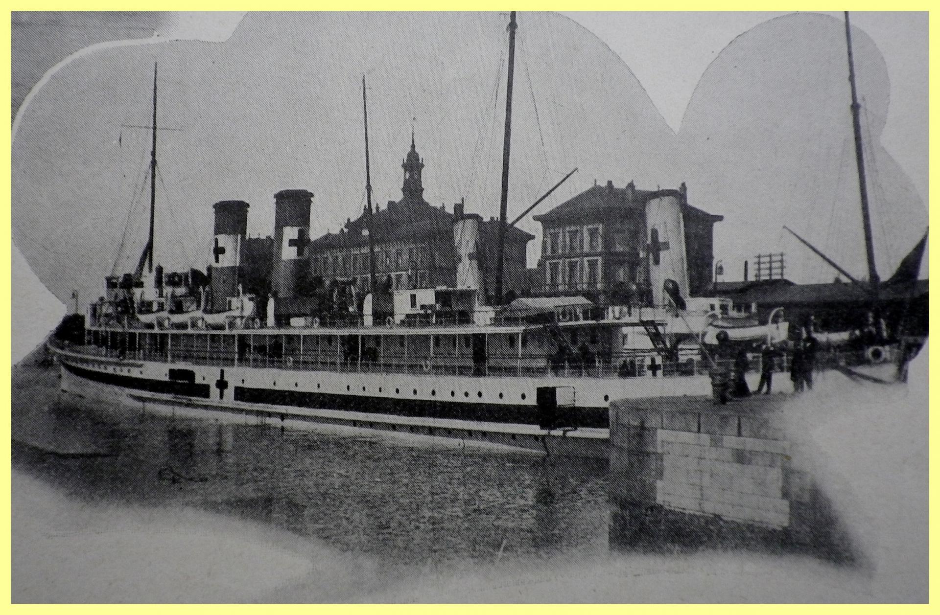 Calais 14 18 navires hopitaux amarres au quai de la gare maritime encadre