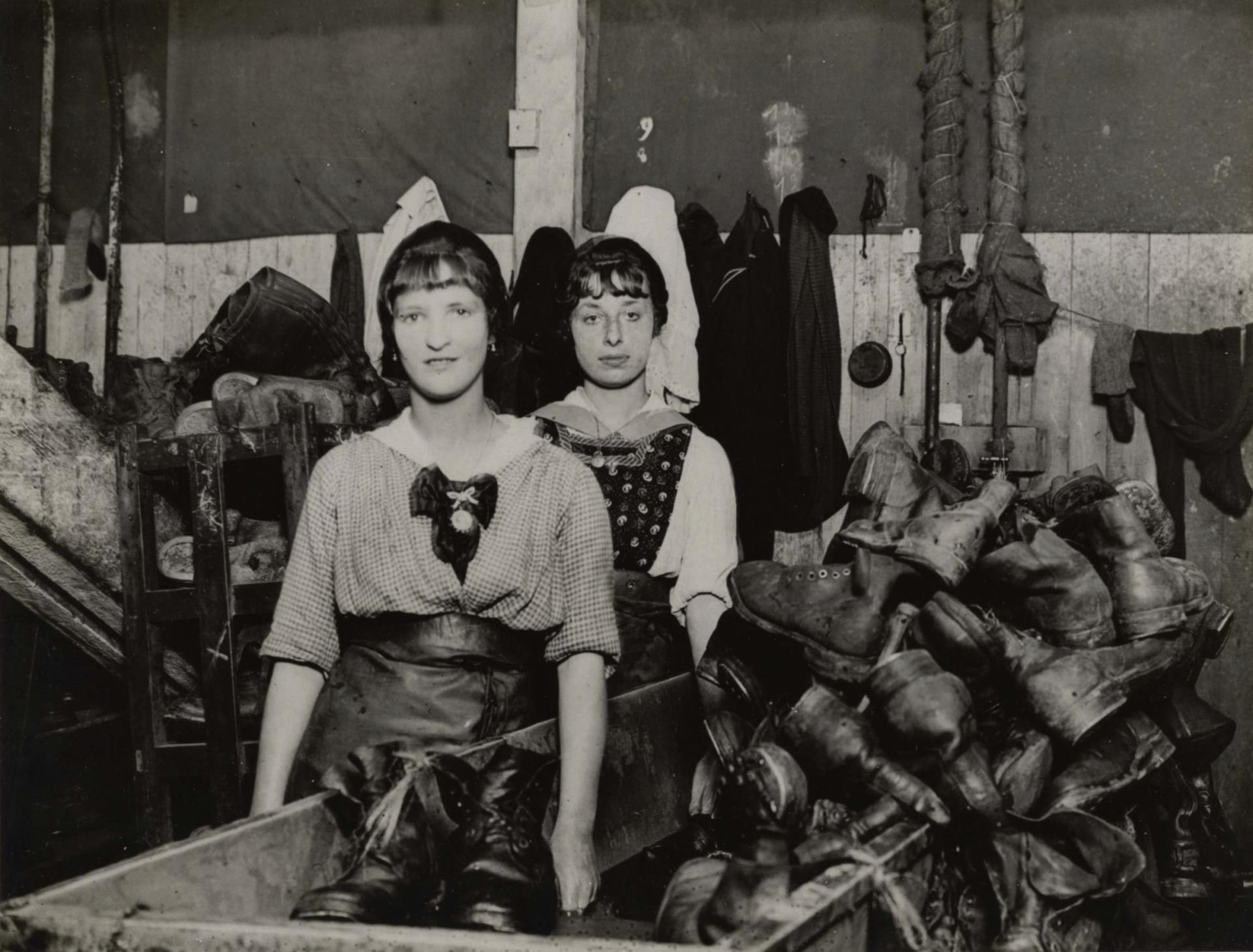 Calais 14 18 ouvrieres francaises atelier britannique de reparations de chaussures 24 6 1918 30000 paires reparees