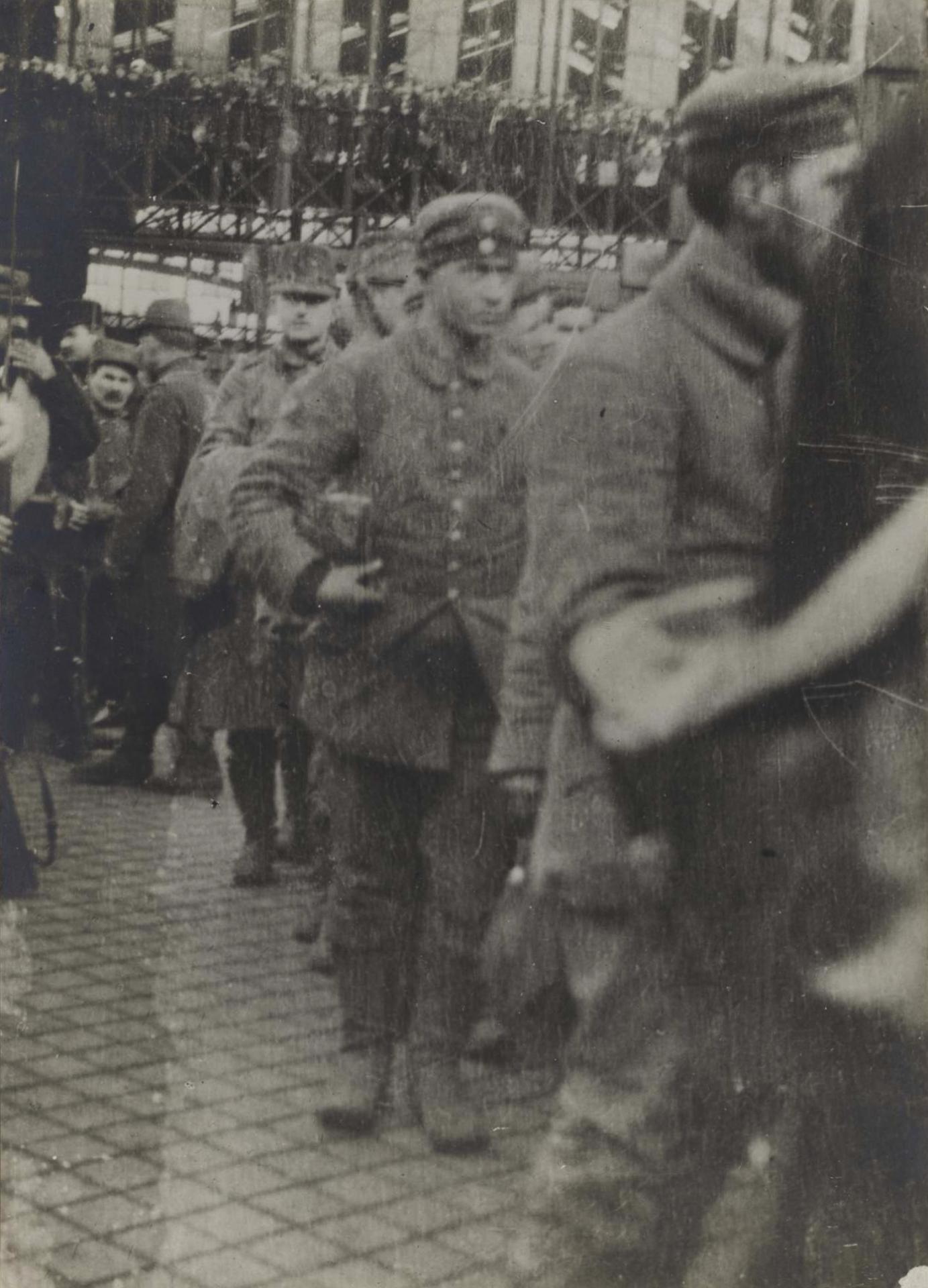 Calais 14 18 prisonniers allemands arrivant a calais d ypres 1915