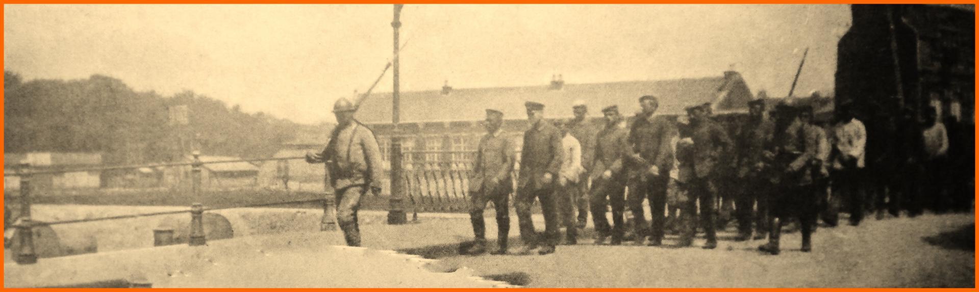 Calais 14 18 prisonniers allemands entrant a calais par la route de boulogne sous l escorte de soldats francais encadre