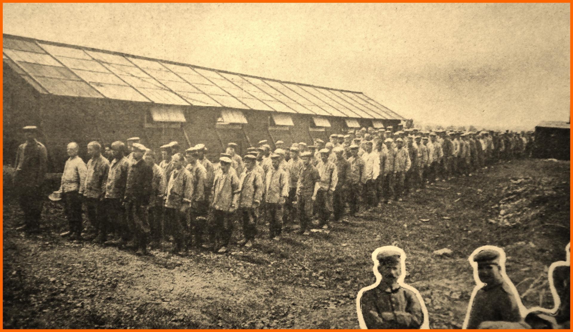 Calais 14 18 prisonniers allemands partant au travail dans les depots anglais du camp retranche de calais encadre