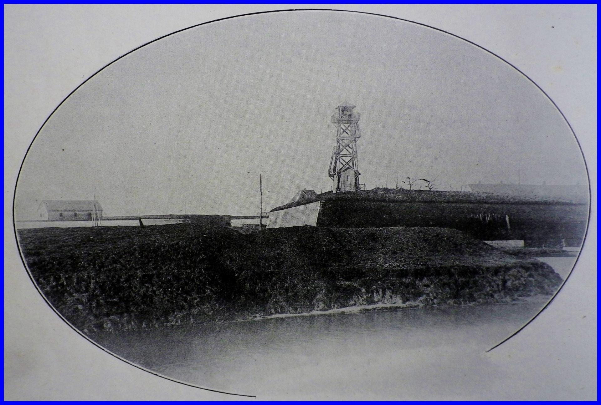 Calais 14 18 sirene d alarme et son echafaudage a langle des remparts de la citadelle pres de la gare centrale encadre