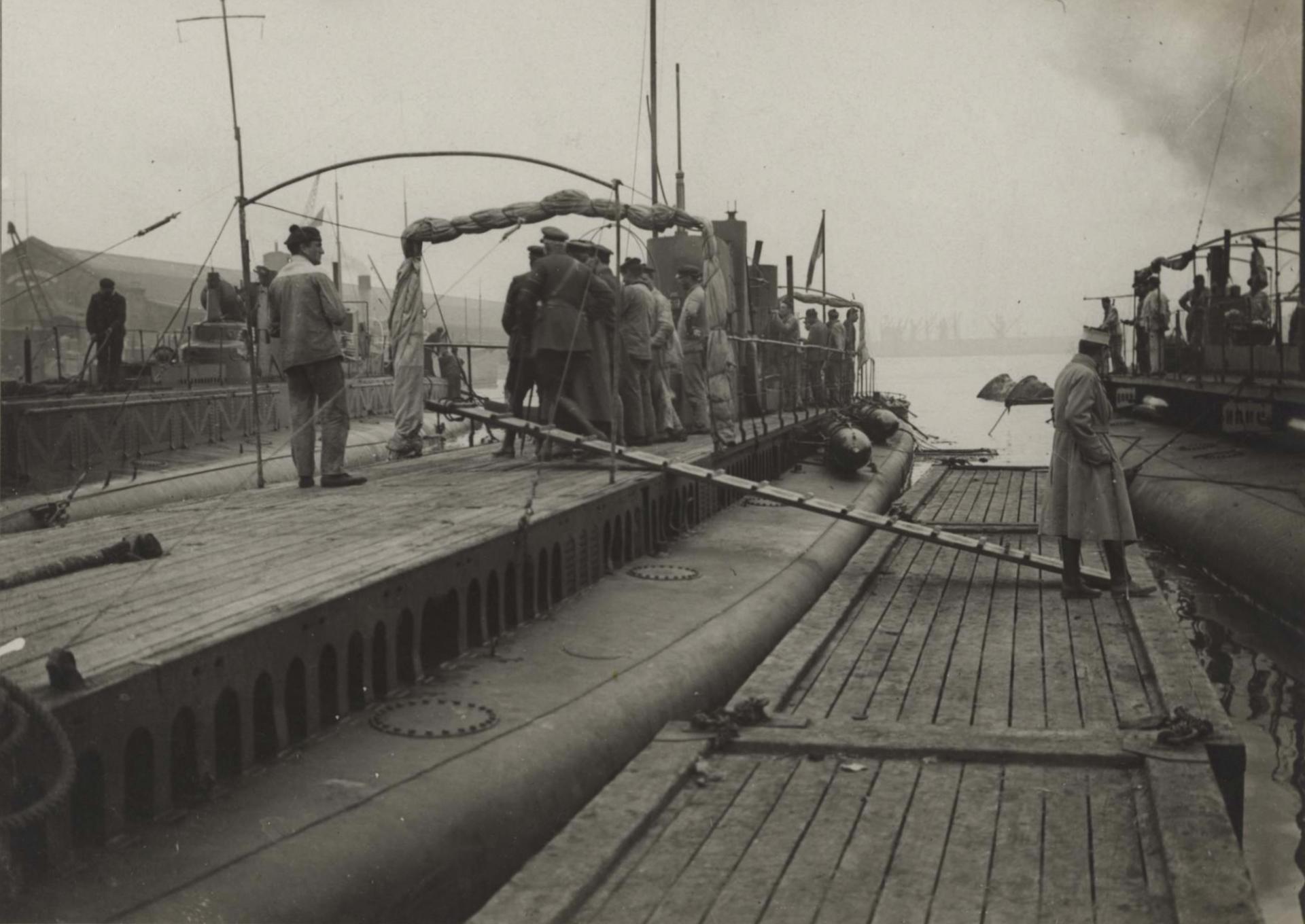 Calais 14 18 sous marins au mouillage aout 1917