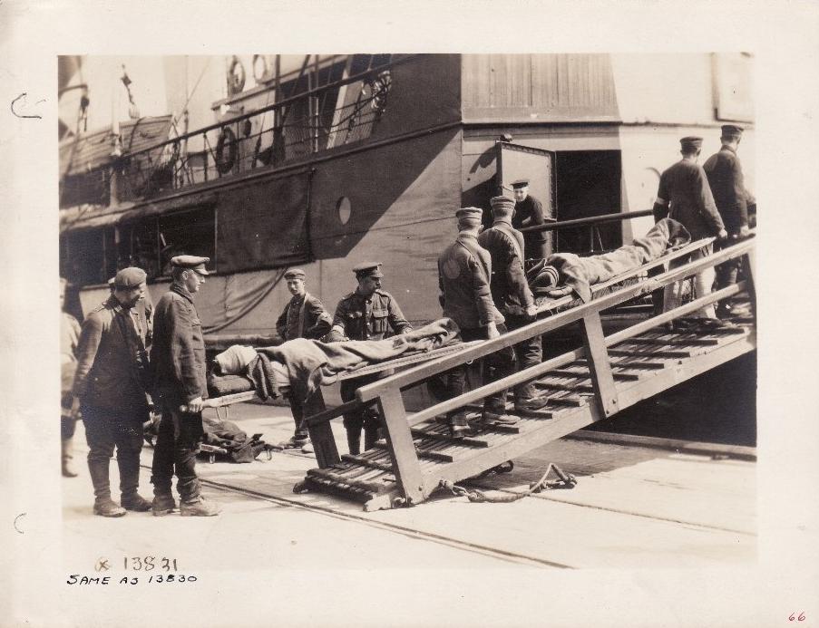 Calais 1918 prisonniers allemands 14 18 chargeant des blesses